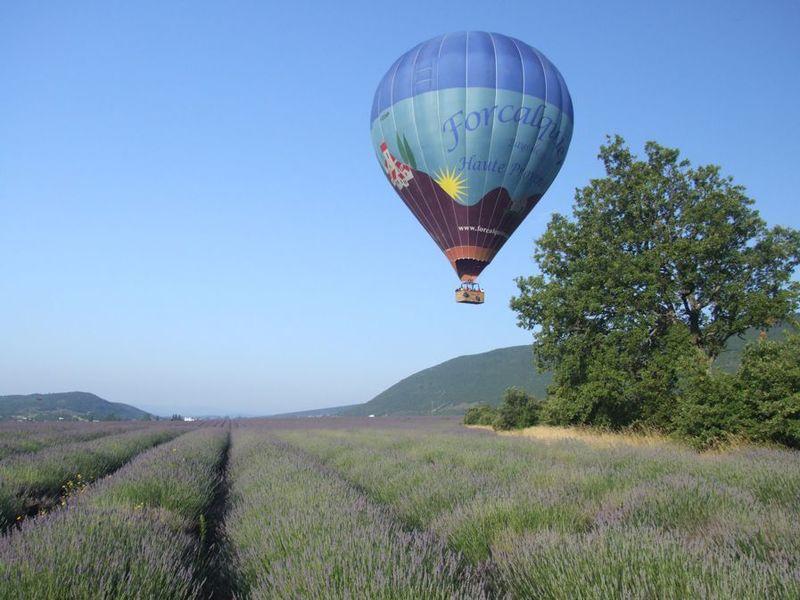 En Provence, partez en montgolfière et revenez en vélo électrique !
