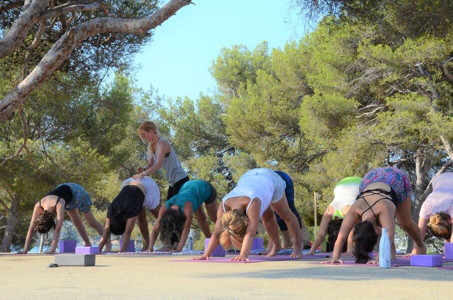 Cours de yoga dans la pinède du Gouron