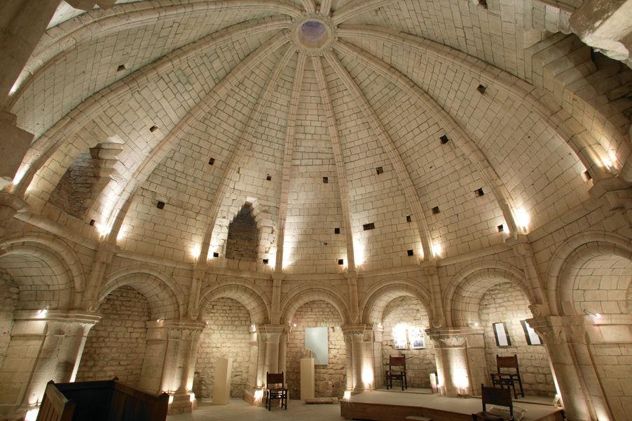 Salle du XIIe siècle couverte d\'une rotonde, visible au premier étage du donjon
