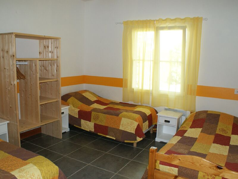 Chambre jaune 3 lits simples