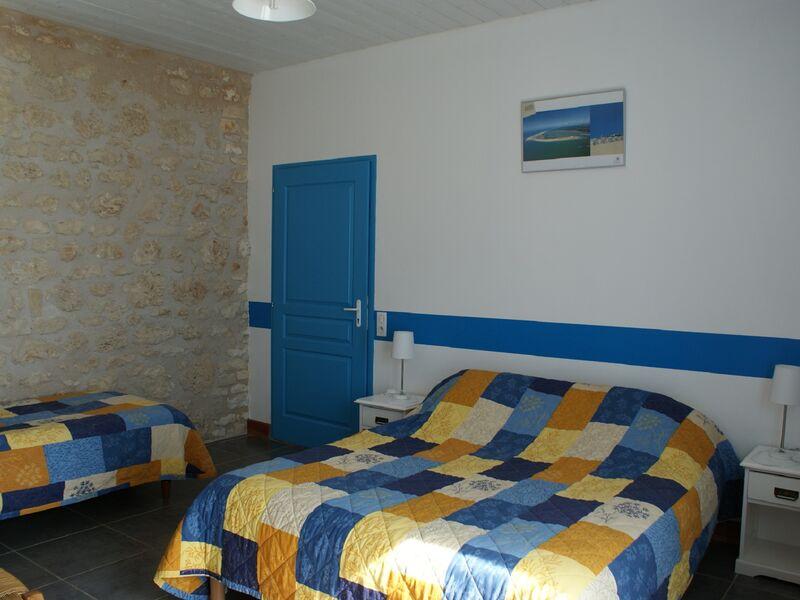 Chambre bleue 1 lit double et 1 lit simple