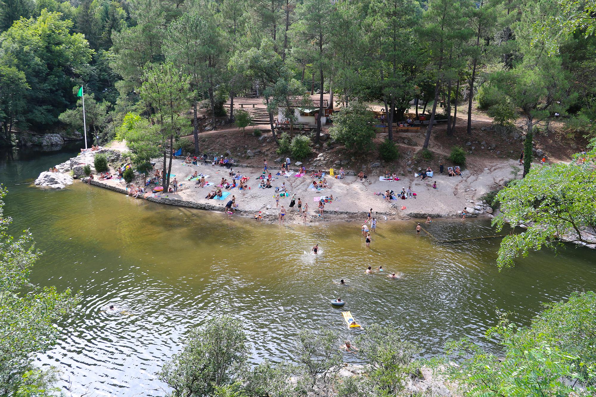 En Ardèche, la baignade est un plaisir incontournable pendant les vacances. : Plage de Fontugne