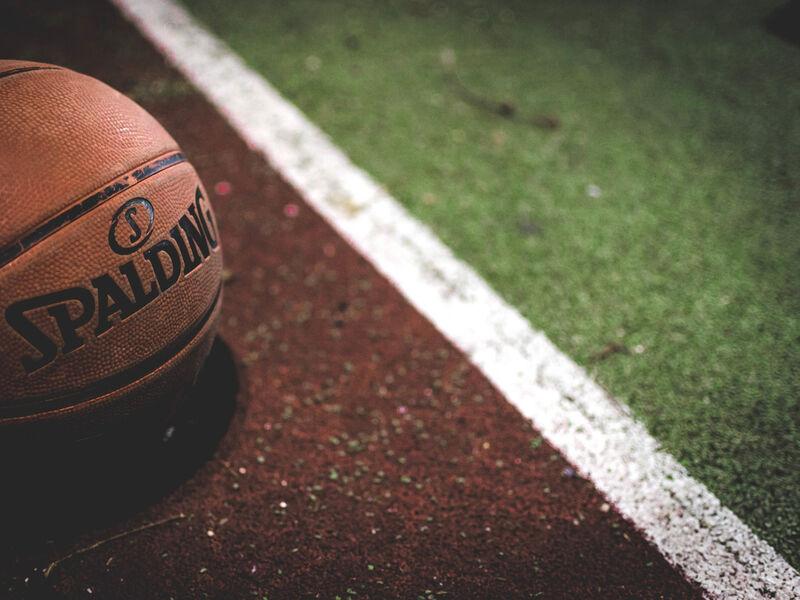 Ballon de basket sur terrain