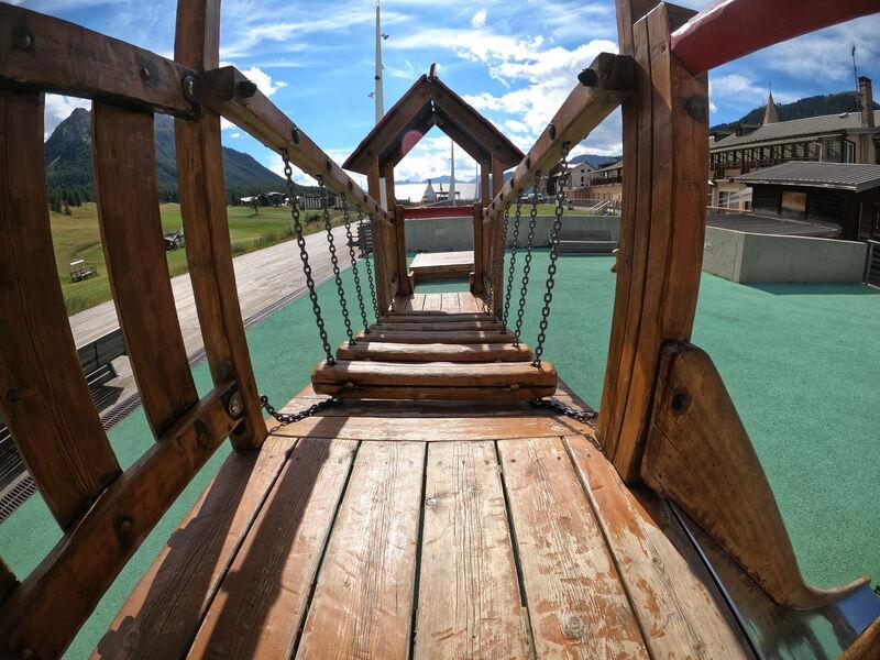 Aire de jeux - Place des Escartons - Structure en bois - Office de Tourisme de Montgenèvre