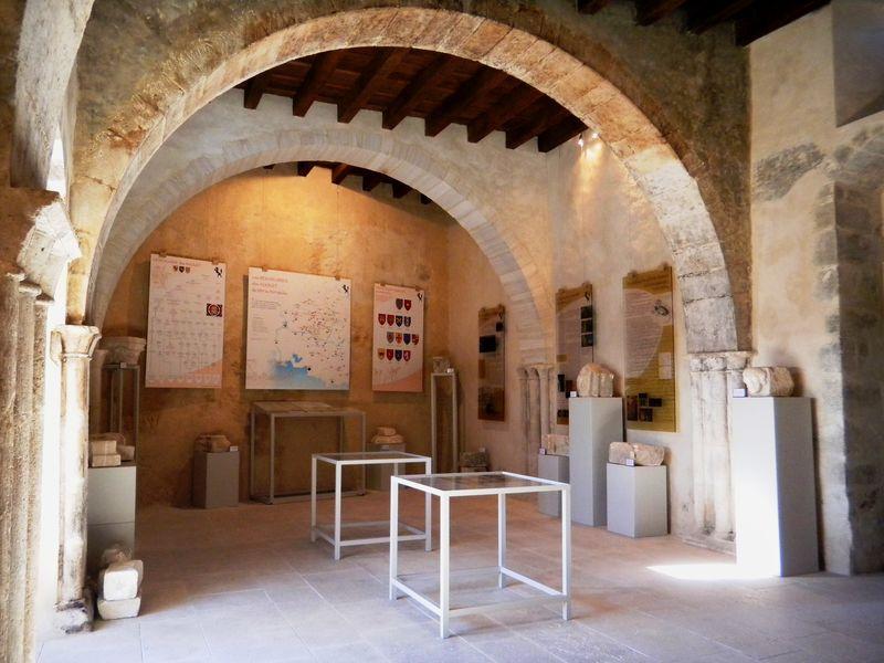 Salle du XIVe siècle qui présente l\'histoire du château et de ses différents propriétaires, dans le contexte d\'une histoire provençale médiévale bien particulière