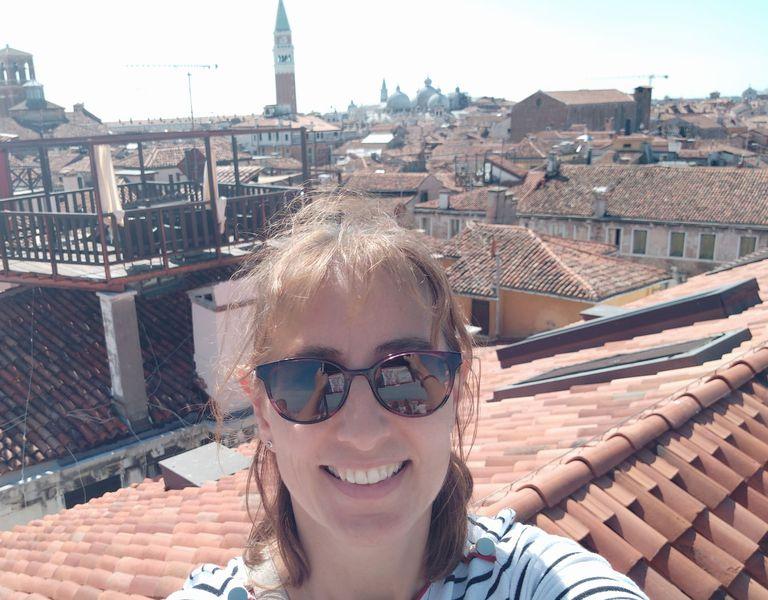 Emmanuelle Roch et les toits de la ville d'Annecy