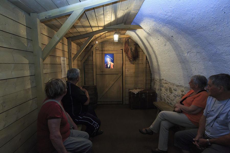 Un groupe dans la cabane du Repaire Louis Mandrin
