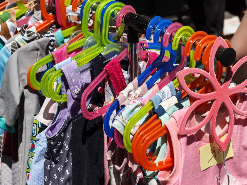 Vêtements enfants sur portants