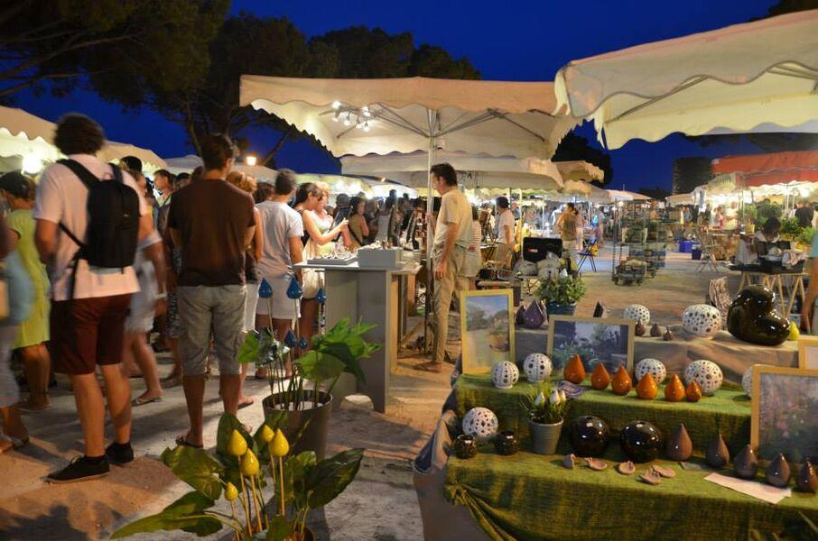 Marché nocturne artisanal au village médiéval