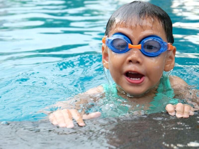 Enfant se baignant dans une piscine