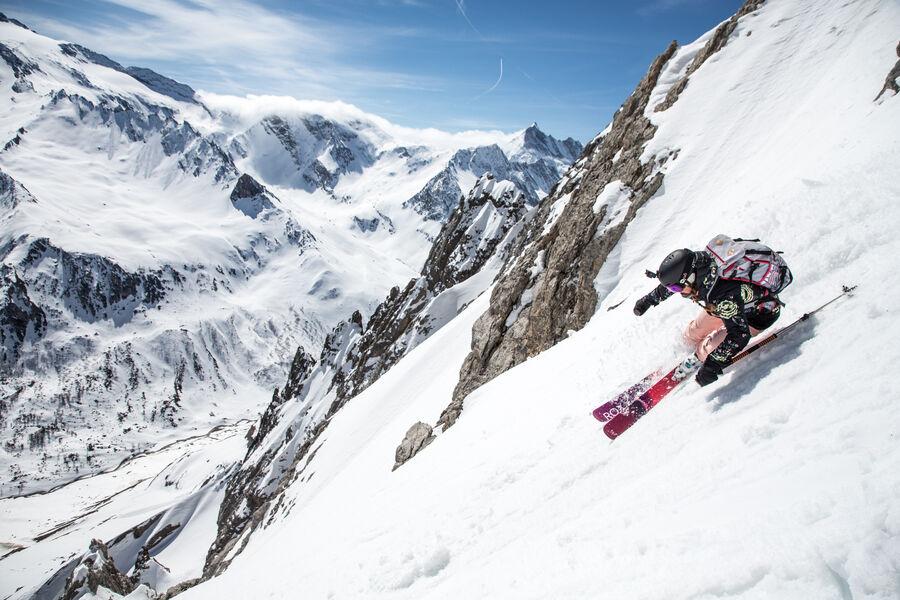 Skieuse en hors-piste avec vue sur les glaciers de la Vanoise