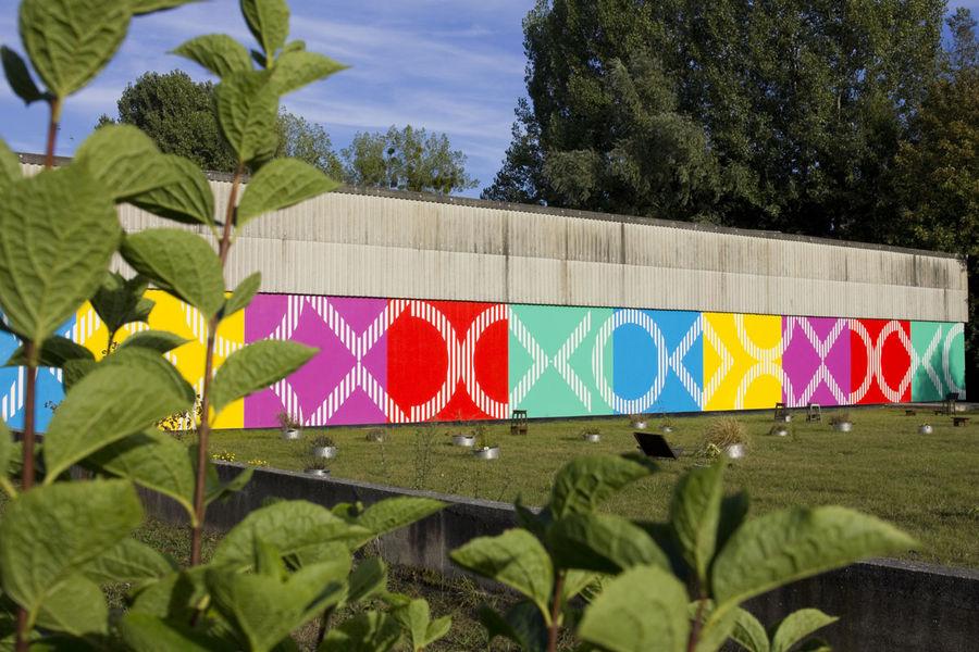 Double rythme pour un mur, 2 x 5 couleurs et 2 x 6 formes + une demie', octobre 2015, work in situ, GALLERIA CONTINUA / Les Moulins strips of white paint large 8,7 cm on colored painted wall 339 x 4252 cm