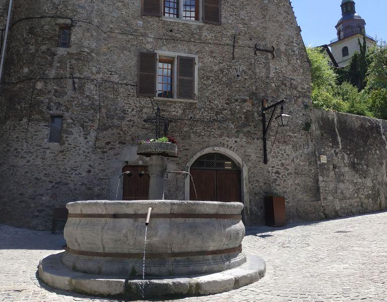 Conflans cité médiévale et sa fontaine