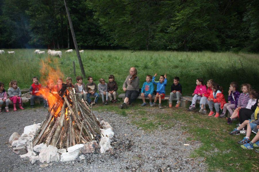 Veillée autour d'un feu de camp