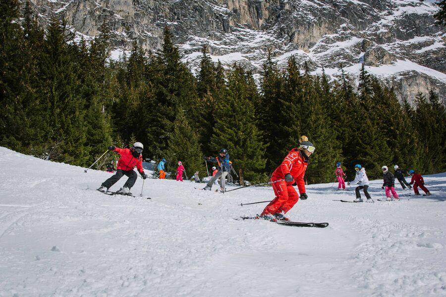 Groupe d\'enfants sur le domaine skiable en cours collectif de ski alpin