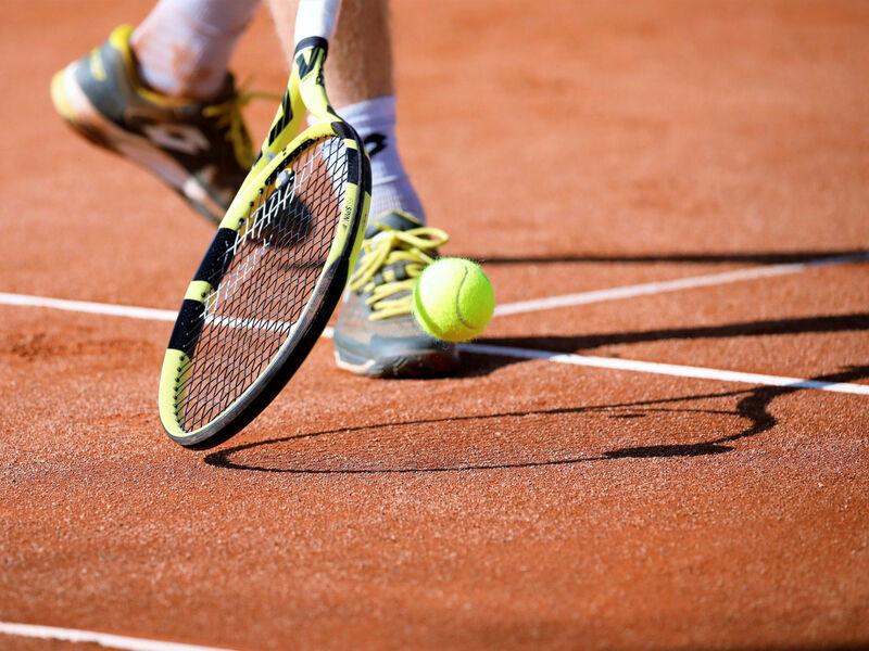 Personne en train de jouer au tennis