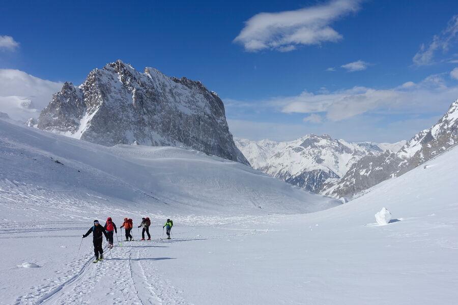 Groupe de randonneurs en direction des sommets