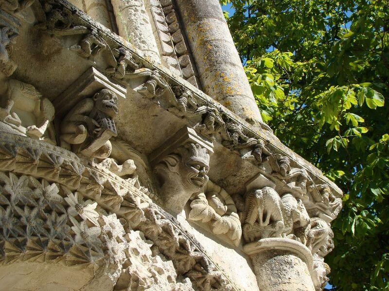 Motifs sculptés de léglise de Surgères