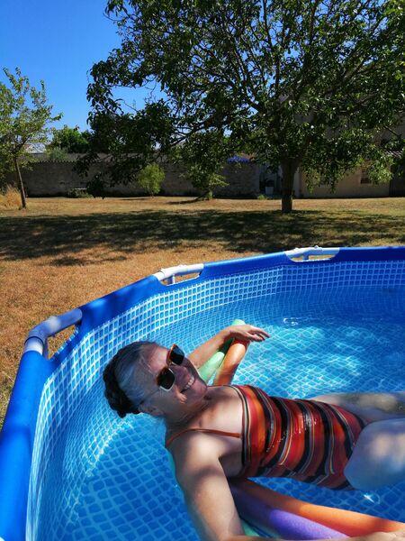 Moment détente et fraîcheur dans la piscine