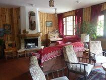Le coin salon autour de la cheminée - @HôtelLesAgneaux