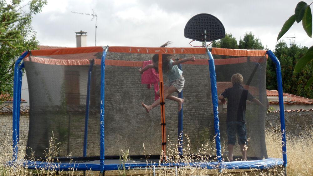 Activité bondissante sur le trampoline du jardin