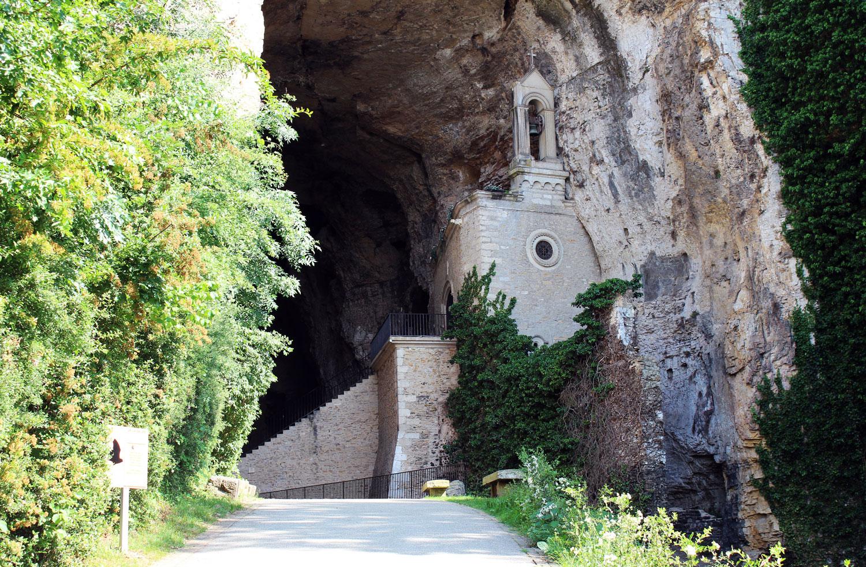 """Entrée des Grottes de La Balme - ENS """"Les Coteaux de Saint-Roch"""""""