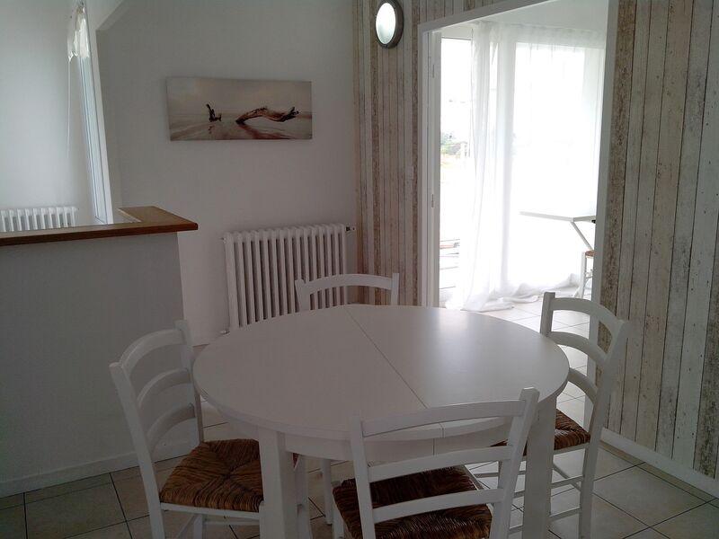Salle à manger avec table ronde et 4 chaises