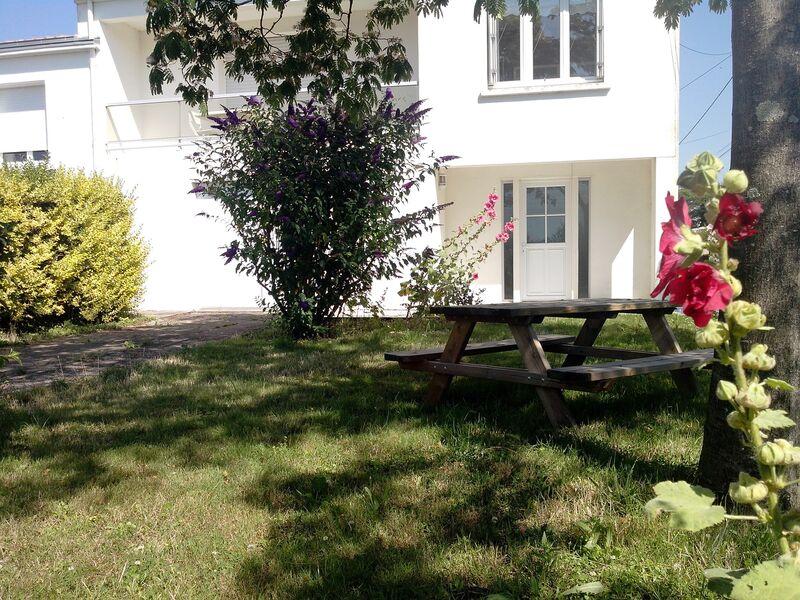 Extérieur de la maison, jardin arboré, table de pique-nique
