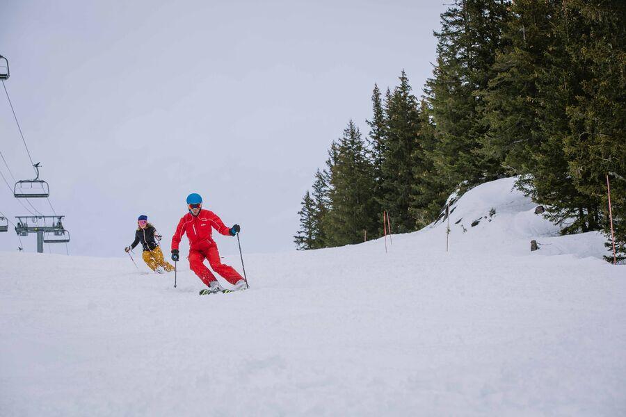 Skieuse en cours particulier sur le domaine skiable