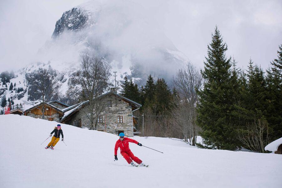 Skieuse en cours particulier sur le domaine skiable aux Fontanettes