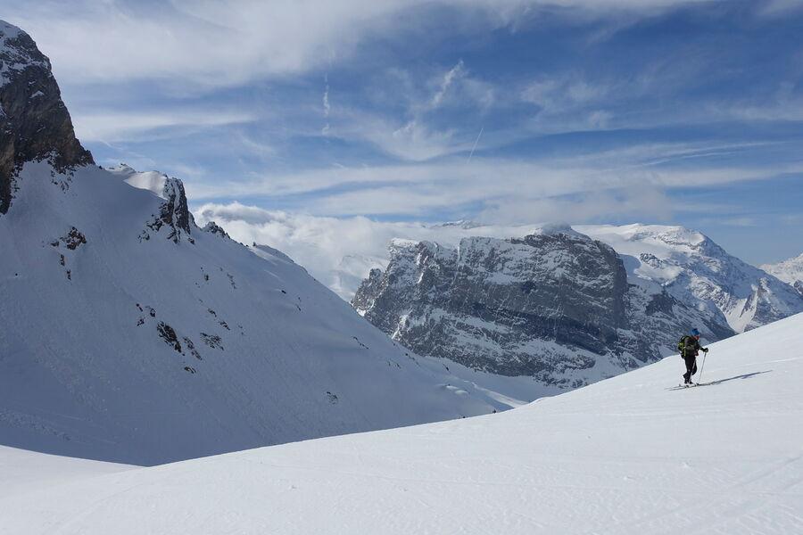 Randonneur en direction des sommets