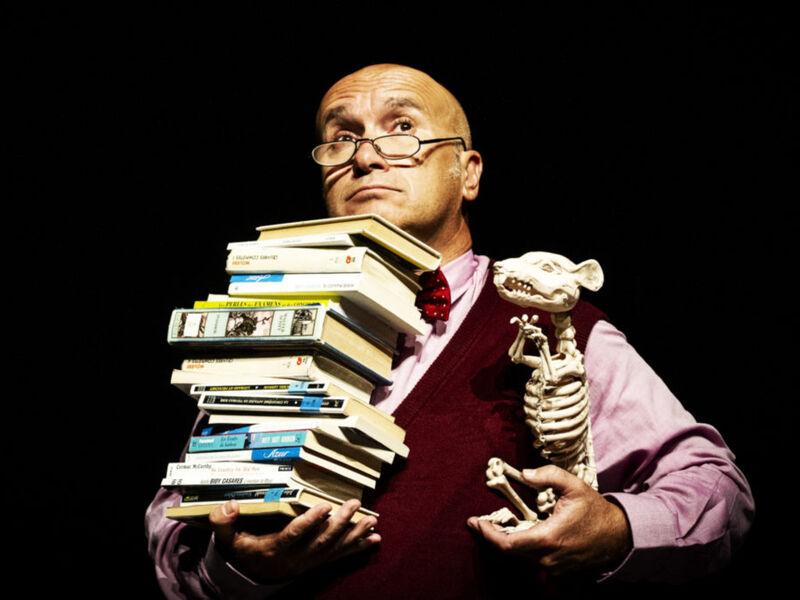 Comédien avec des livres
