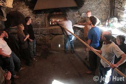 Enfournement du pain au Chazelet - @JeanHuet