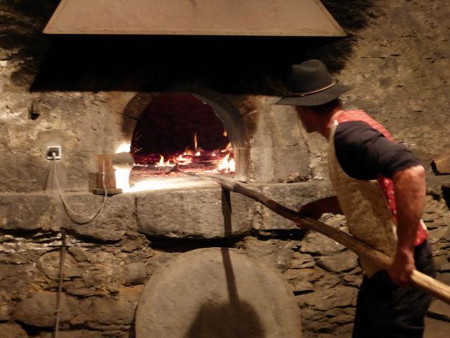 Enfournement du pain au Chazelet - @OTlaMeije